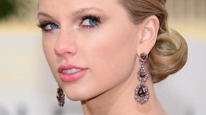 Taylor Swift intègre le monde sans émotion du Passeur