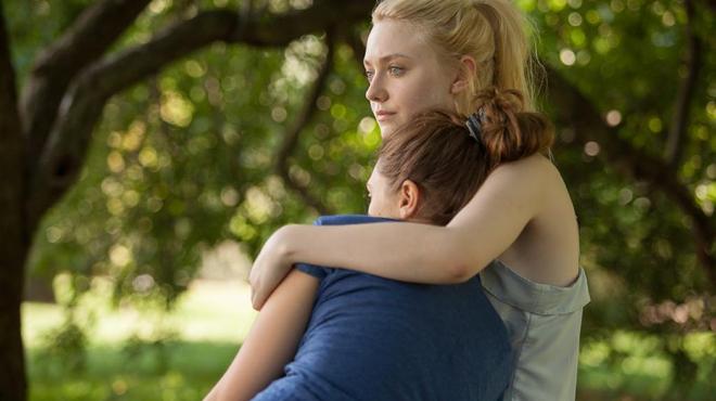 Elizabeth Olsen et Dakota Fanning en ado amoureuses dans Very Good Girls (Bande-annonce)