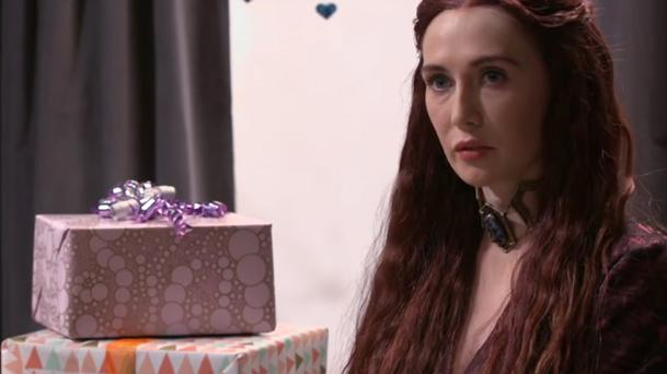 Game of Thrones : Melisandre s'invite à une Baby shower !