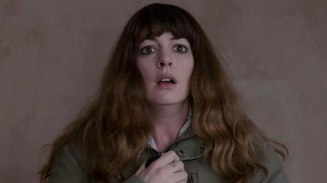 SF : Anne Hathaway contrôle un kaiju dans le trailer de Colossal