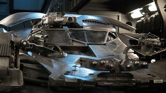 Justice League : Zack Snyder révèle de nouvelles images de la Batmobile !