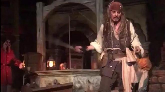 Pirates des Caraïbes : Johnny Depp surprend les fans à Disneyland !