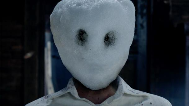 Michael Fassbender traque un serial killer dans le premier trailer de The Snowman