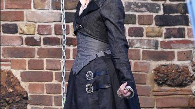 Margot Robbie : premières images de Harley Quinn en Reine d'Angleterre