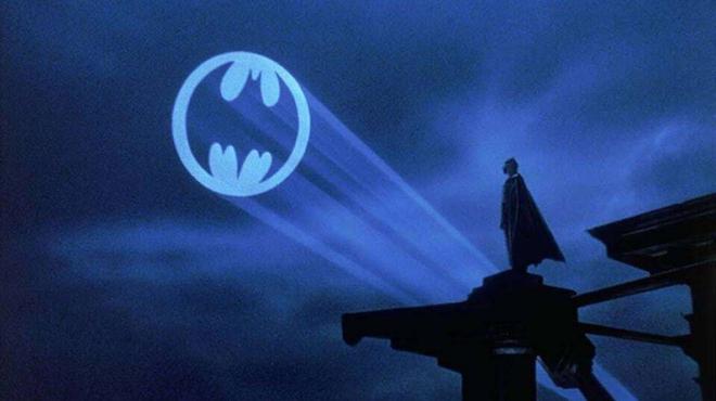 Batman : le Bat-Signal projeté à Paris et dans des villes du monde entier