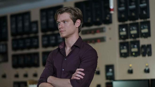 MacGyver : le showrunner a rendu Lucas Till suicidaire