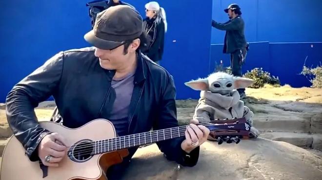 The Mandalorian : quand Robert Rodriguez fait de la guitare avec Baby Yoda sur le tournage