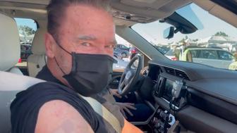 Arnold Schwarzenegger se fait vacciner et cite Terminator dans une vidéo