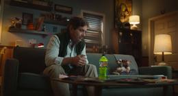 Gremlins : Gizmo et Billy (Zach Galligan) se réunissent pour une pub