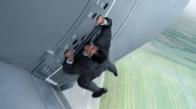 Mission Impossible 7 : Tom Cruise sur un train sauve un membre de l'équipe lors d'une cascade