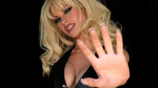 Pam & Tommy : Lily James et Sebastian Stan méconnaissables en Pamela AndersonetTommy Lee