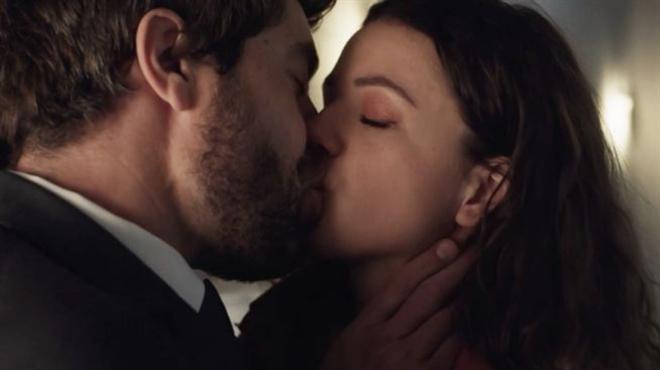 Ici tout commence : Anaïs et Lisandro échangent un baiser fougueux