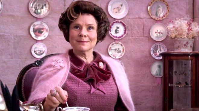 The Crown : Imelda Staunton dans la peau de la reine ! Découvrez la première photo !