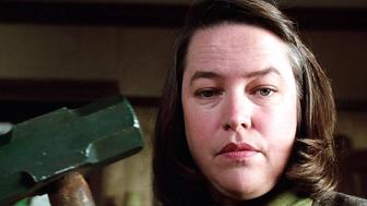 L'image du jour : Annie (Kathy Bates) aux petits soins dans Misery